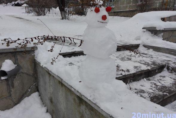 Фото дня: на Дружбі сніговик піднімає настрій перехожим