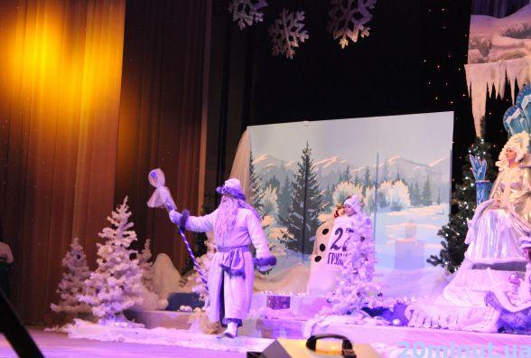 """У """"Березолі"""" дітки дивились новорічно-різдвяну виставу та отримували подарунки"""