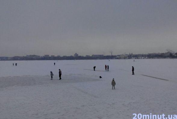 На Тернопільському ставі люди катаються на ковзанах та грають в хокей