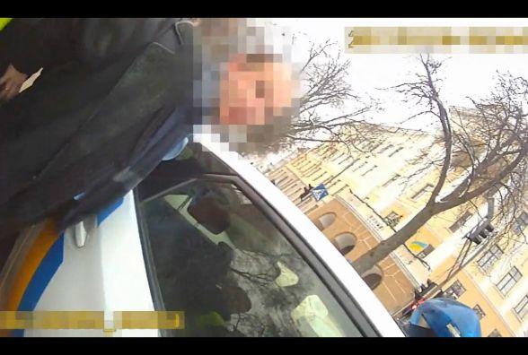 П'яний водій забирав доньку з гуртка і пошарпався з патрульними