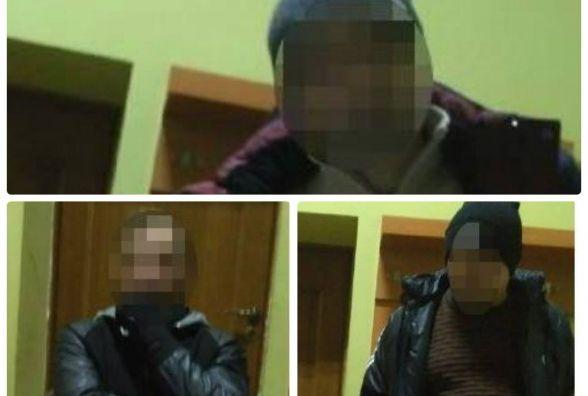 Трійцю, яка побилась і облаяла поліцейських, забрали до відділку