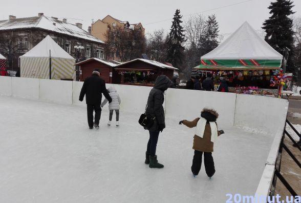 Фото дня: батьки вчать дітей кататись на ковзанах