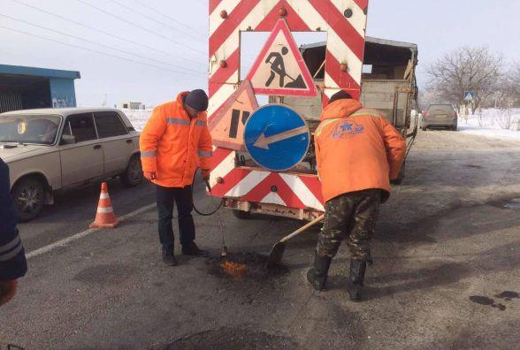 На дорогах області вже почали ямковий ремонт. Дорожники кажуть – погода дозволяє