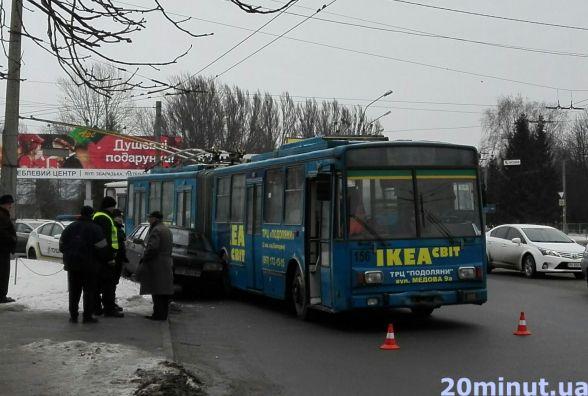 """На повороті біля """"АРСу"""" тролейбус затис """"дев'ятку"""""""