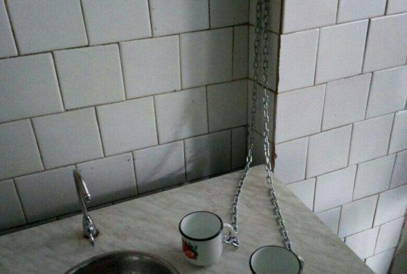 В школі горнятка для пиття води прикували ланцюгами
