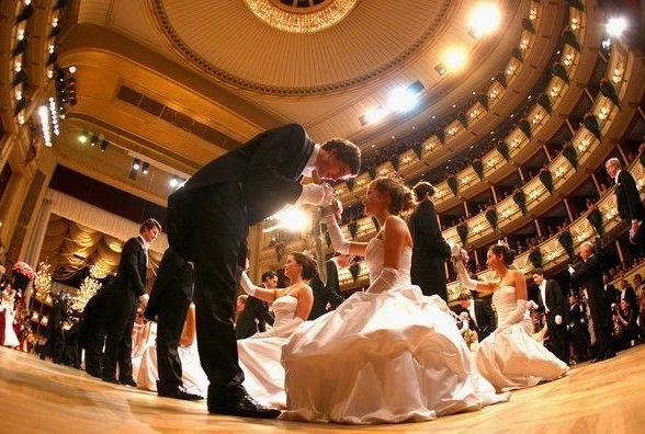 В Драмтеатрі вальсуватимуть у вечірніх сукнях та смокінгу