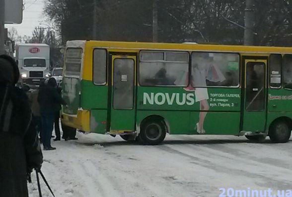 Фото дня: поки дороги чистять від снігу, маршрутки буксують
