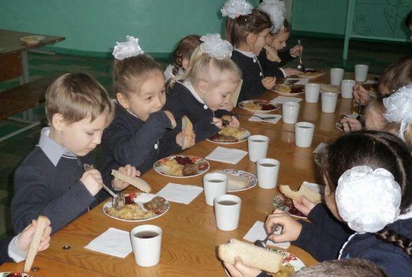 Школярі-діти учасників бойових дій можуть забути про безкоштовні сніданки?