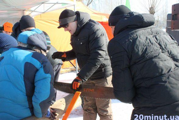 Фото дня: у парку Шевченка змагаються за звання кращого дроворуба