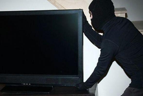 Вкрав у знайомого телевізор, щоб розібрати і продати