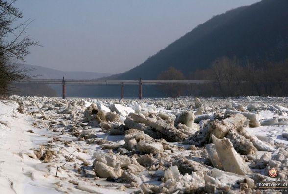 Рятувальники перевіряють річки, щоб попередити весняну повінь