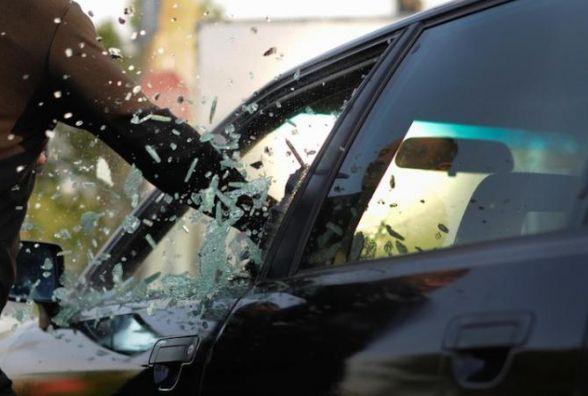 Молодик з кримінальним минулим розбив у автівці вікно, щоб вкрасти відеореєстратор