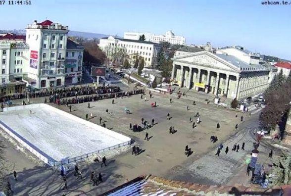 Фото дня: Паломники масово йдуть до ікони. На Театралці черга з тисячі людей