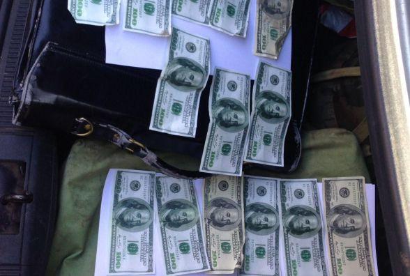 Депутат міськради та член земельної комісії отримав хабар 2000 доларів
