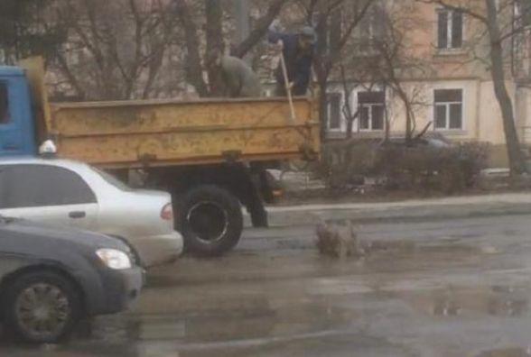 На Живова ремонтують дорогу: асфальт кладуть у воду. Тернополяни шоковані (ВІДЕО)