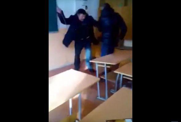 У Шумську вчитель виховує студентів палицею (ВІДЕО)