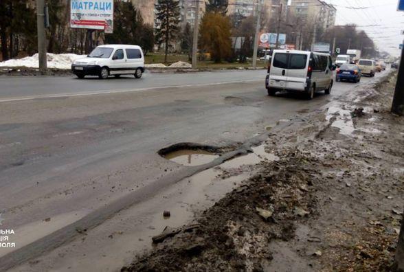 Патрульні перевіряють стан дороги і шукають небезпечні місця