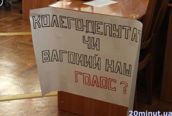 Сесія міськради, дубль 2: депутати однієї з партій прийшли з плакатами
