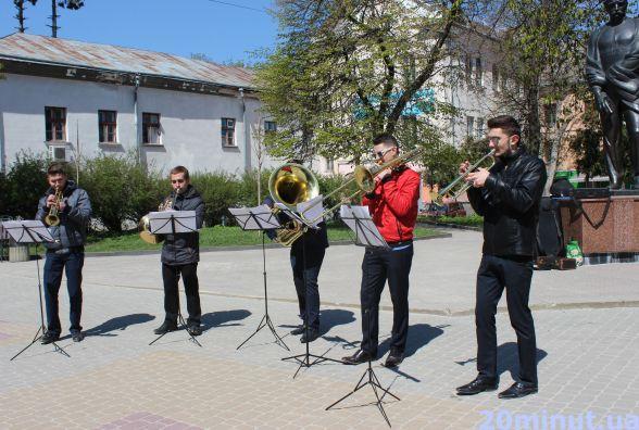 Відео дня: біля Франка грають класичну музику