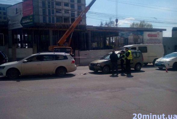 На проспекті Бандери водій Dacia в'їхав у Volkswagen