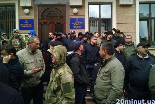 Правоохоронці вже знають, хто травмував депутатів під міськрадою