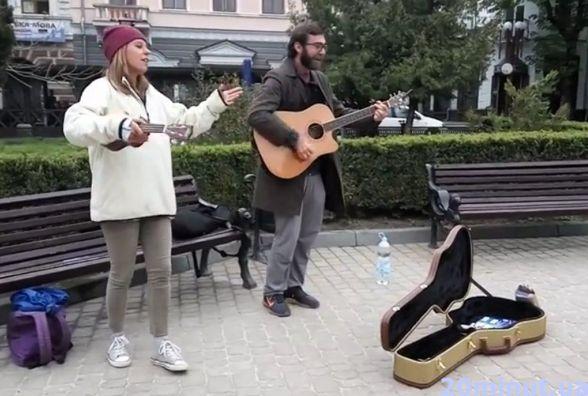 Вчителі зі США співають біля годинника і запрошують у школу англійської