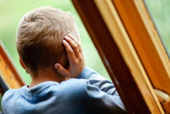 Хлопчика, який просидів два роки вдома під замком, повернули мамі