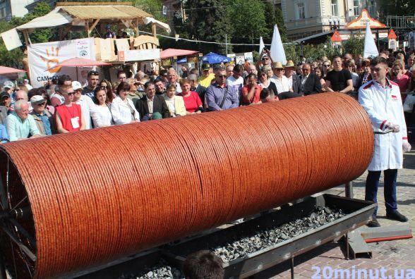 У Тернополі рекорд: виготовили 547 метрів ковбаси (ВІДЕО)