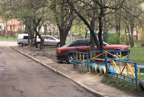 """На """"Східному"""" водії, автівки яких були розмальовані, знову паркуються на газонах"""