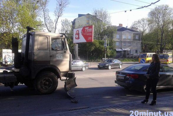 Фото дня: На вул. Збаразькій - затор через аварію