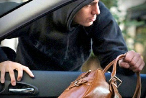 У центрі Тернополя вдень з автомобіля викрали 40 000 грн