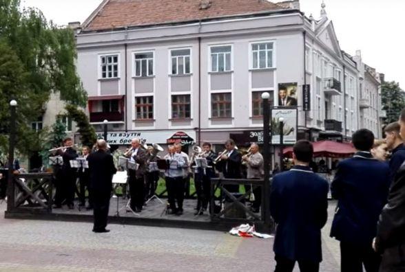 Відео дня: біля Франка для тернополян грає оркестр