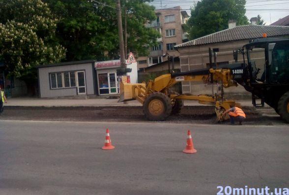 Фото дня: біля Центрального стадіону ремонтують дорогу