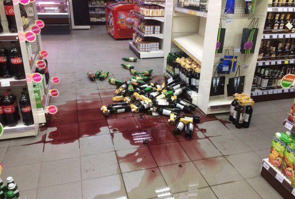 Фото дня: У супермаркеті обвалився стелаж з алкоголем