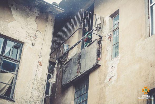 У Бережанах у старовинному будинку впав балкон. Постраждали люди