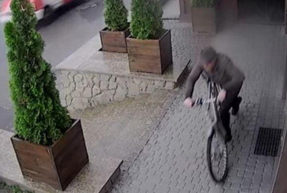 """Камера """"спіймала"""" злодія. Допоможіть знайти його (ВІДЕО)"""