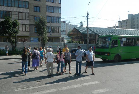Обурені мешканці перекрили рух на вулиці Живова