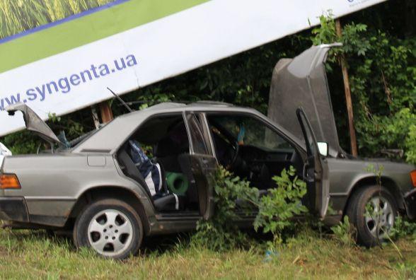 Біля Cмиківців водій Mercedes врізався у білборд.  Трьох постраждалих забрала швидка