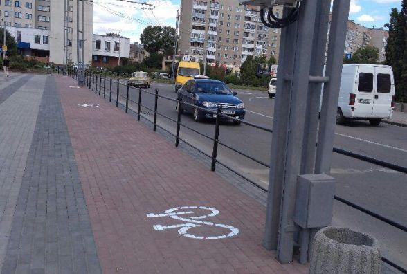 Фото дня: на площі перед парком Шевченка облаштовують велодоріжку
