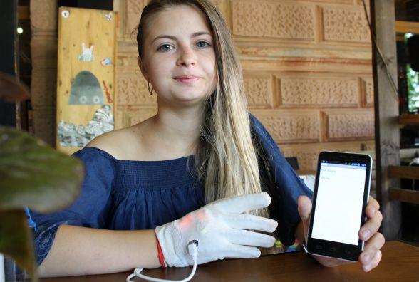 19-річна тернополянка створила рукавицю, яка говорить через смартфон