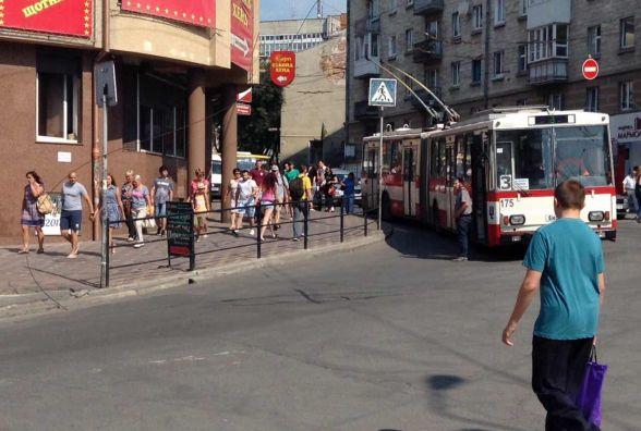 Обірвана тролейбусна лінія лежить на пішохідному переході до вулиці Шептицького