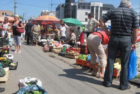 На ринку злодій викрав у жінки 800 грн, 380 доларів та банківські картки