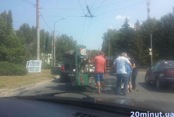 """На кільці біля """"Арс-Кераміки"""" перевернувся причіп від авто"""