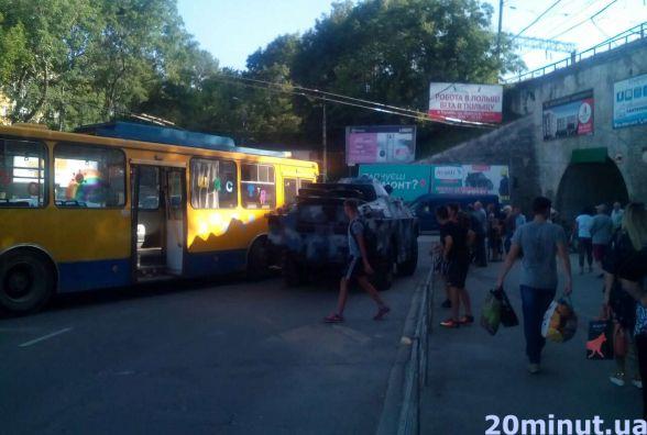 Біля Залізничного мосту тролейбус в'їхав в БРДМ