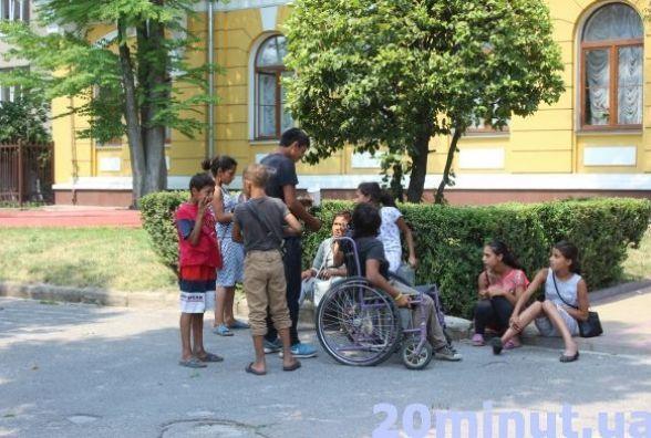 """На молодят біля РАЦСу знову """"полюють"""" роми і бабульки-співульки"""
