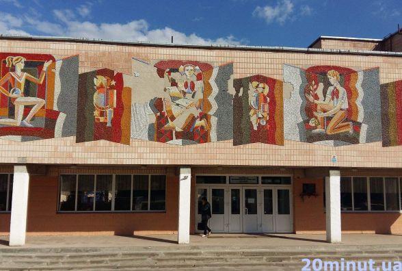 Замість піонерки - україночка: на фасаді 22 школи реставрують та доповнюють радянську мозаїку