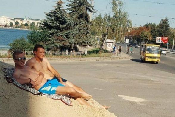 """Тернополяни влаштували собі курорт на будівельному піску біля """"Маяка"""""""