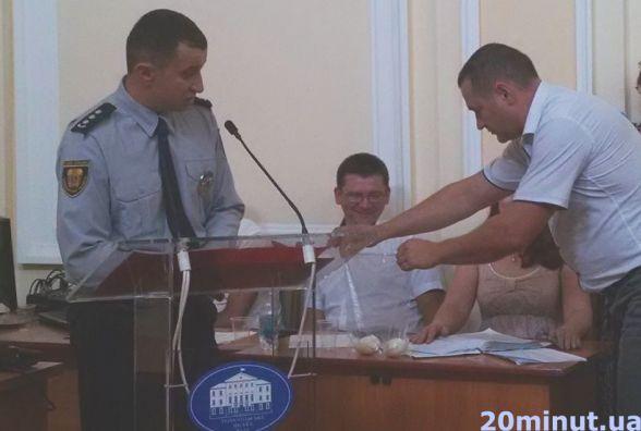 Головному поліцейському Тернополя подарували два тухлих яйця