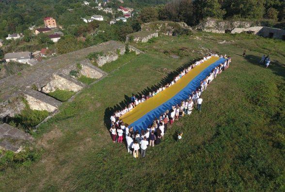 У Теребовлі на Замковій горі розгорнули велетенський прапор