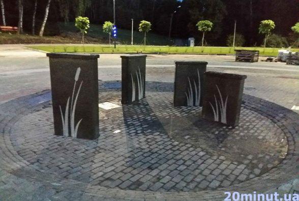 Пішохідний фонтан з басейном ще не відкрили, а біля нього вже фотографуються